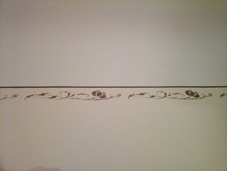 Greca raffigurante delle rose eseguita con stencil