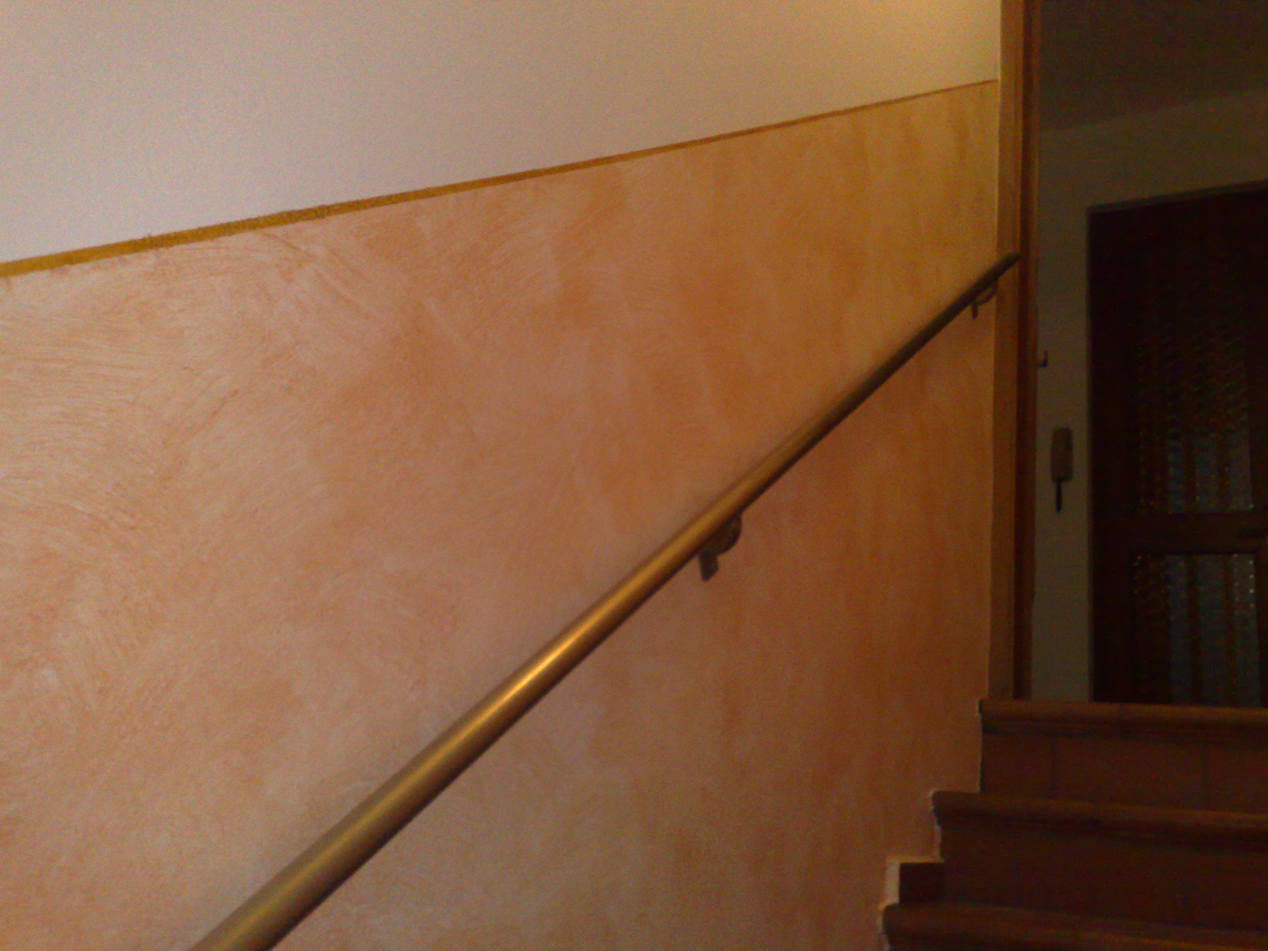 Decorazione geometrica oro e pittura effetto pennellato su corrimano