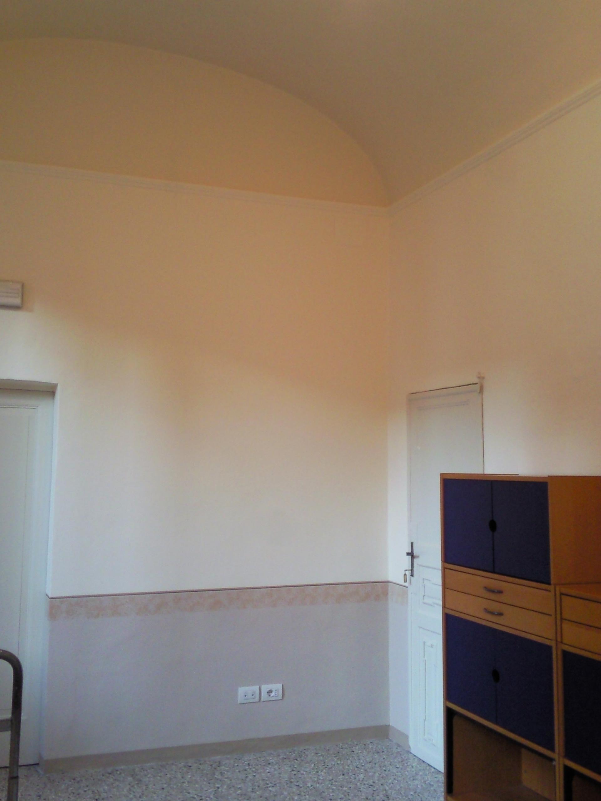 Decorazione a metà parete con effetto spugnato rosa dopo imbiancatura