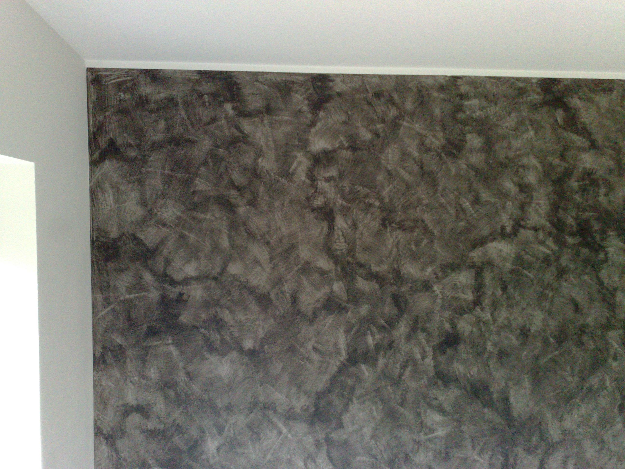 Decorazione Serika con varie tonalità di neri su una sola parete per creare contrasto