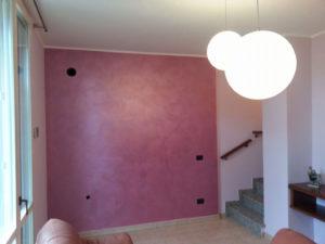 Decorazione Serika color magenta per dare un forte contrasto fra le pareti dell'abitazione