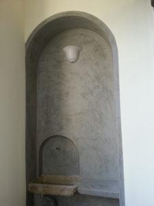 Decorazione Serika grigio grafite per dare contrasto fra le pareti adiacenti