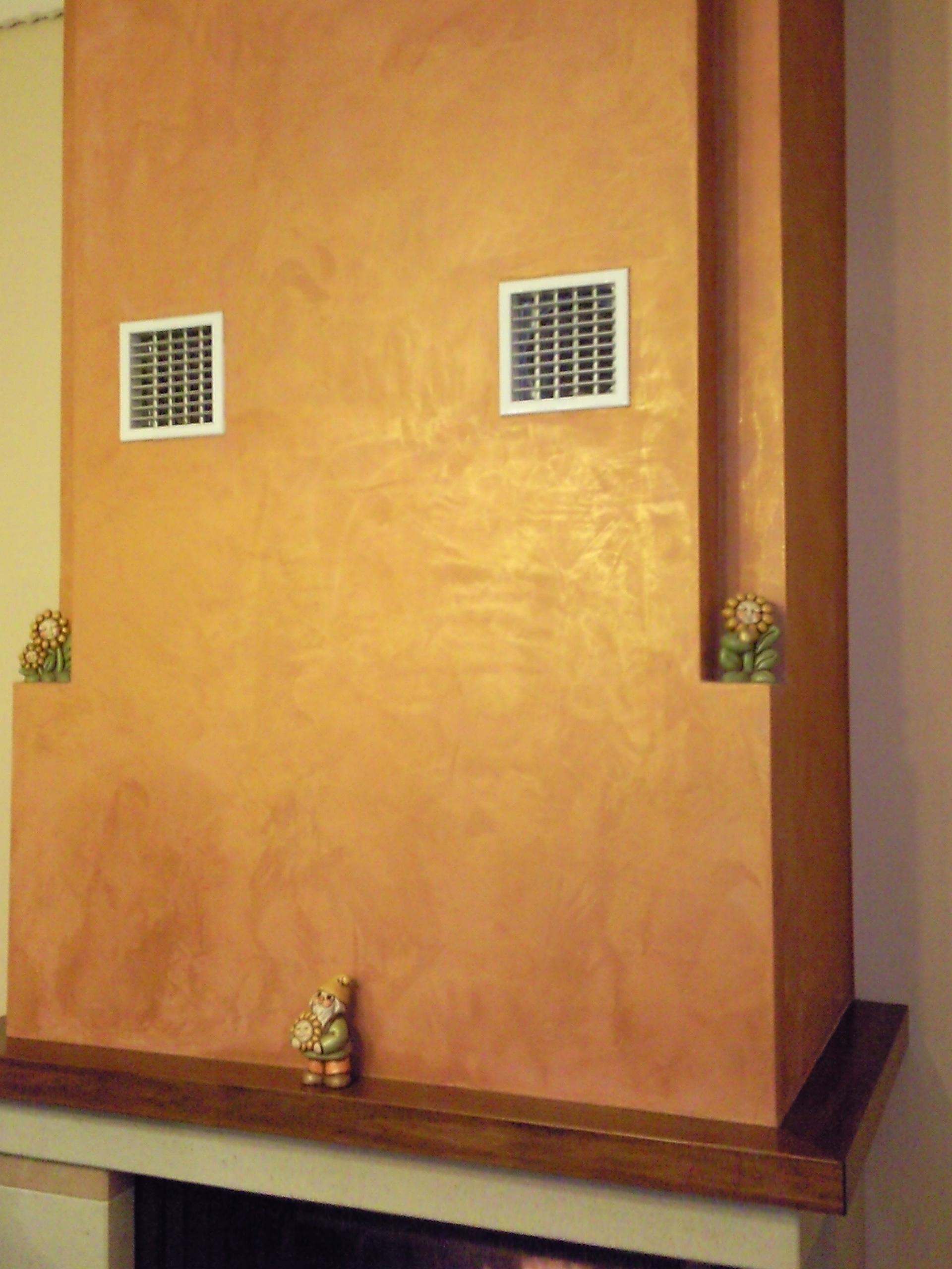 Imbiancatura e decorazione Serika marrone ocra su cappa del camino per creare contrasto con le pareti adiacenti