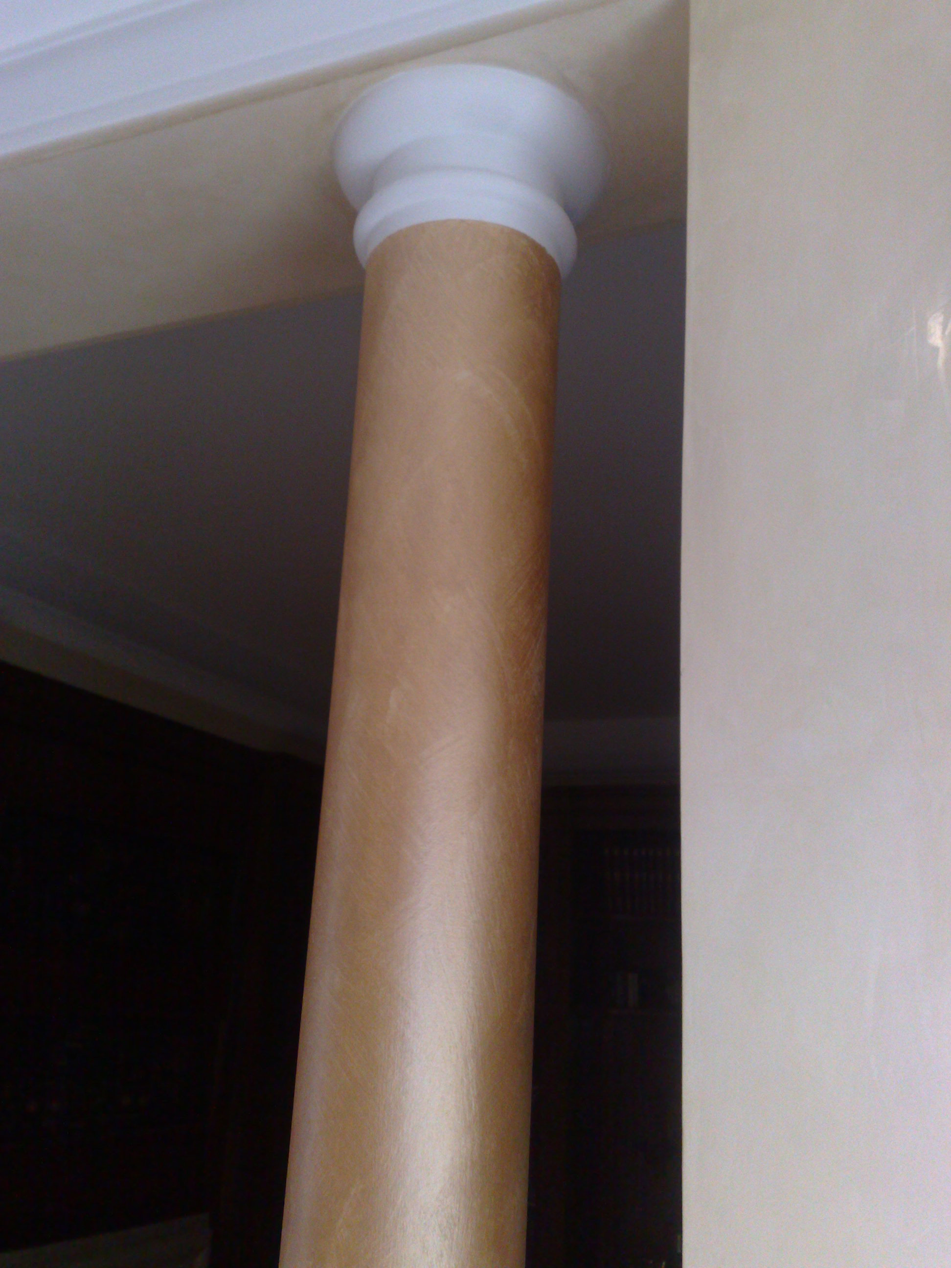 Dettaglio colonna con effetto Serika seppia e capitello bianco