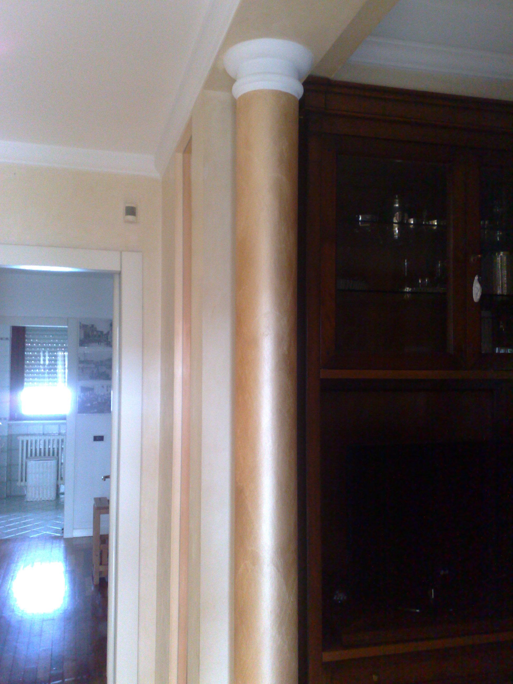 Imbiancatura e decorazione Serika color seppia su colonne con capitelli bianchi