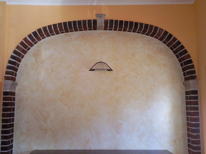 Decorazione Serika seppia all'interno di un arcata di mattoni rustici