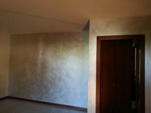 Imbiancatura pareti e decorazione Serika argento con effetto pennellato