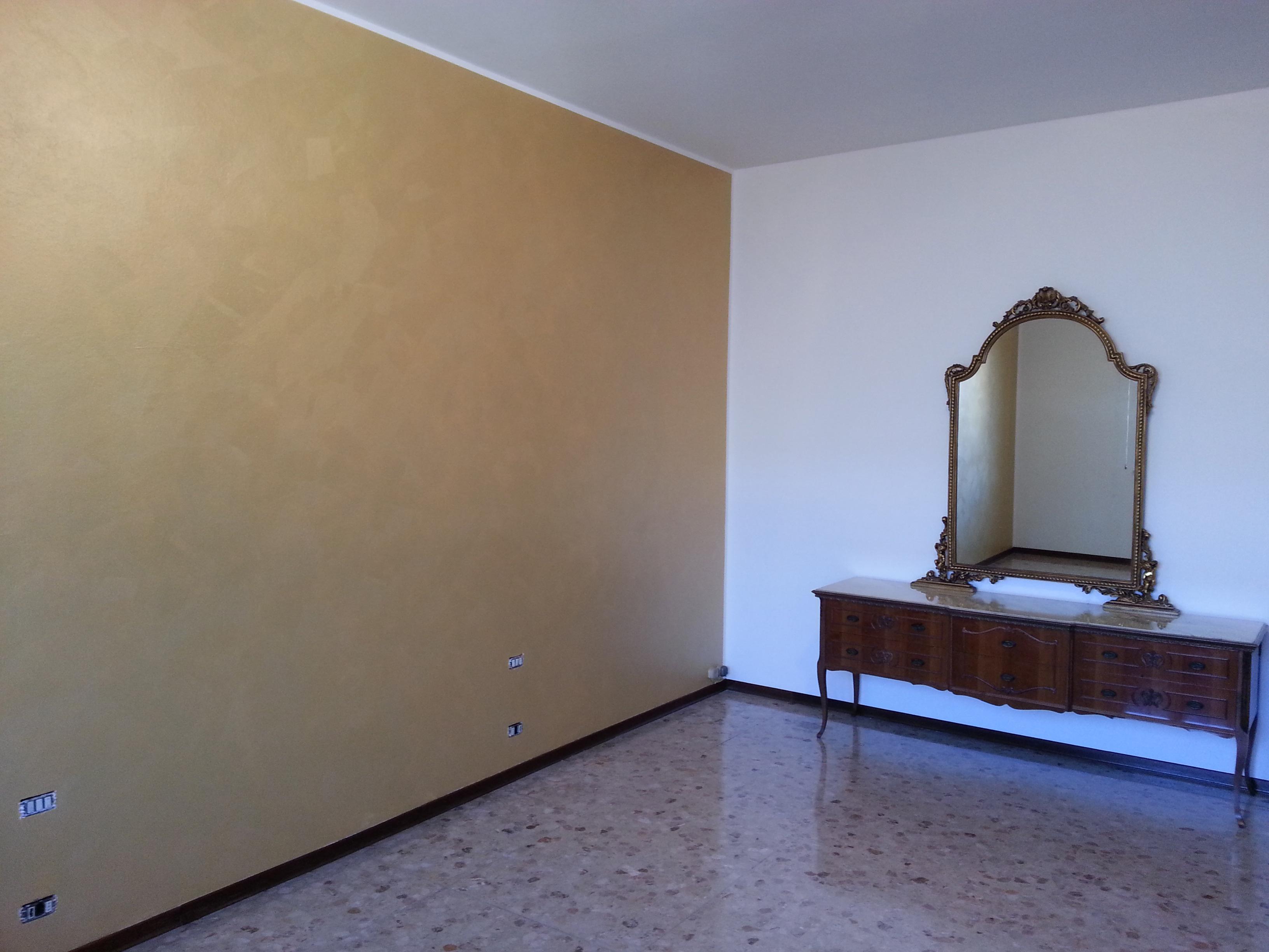 Decorazione Serika Oro per dare un alto contrasto dalle altre pareti della stanza