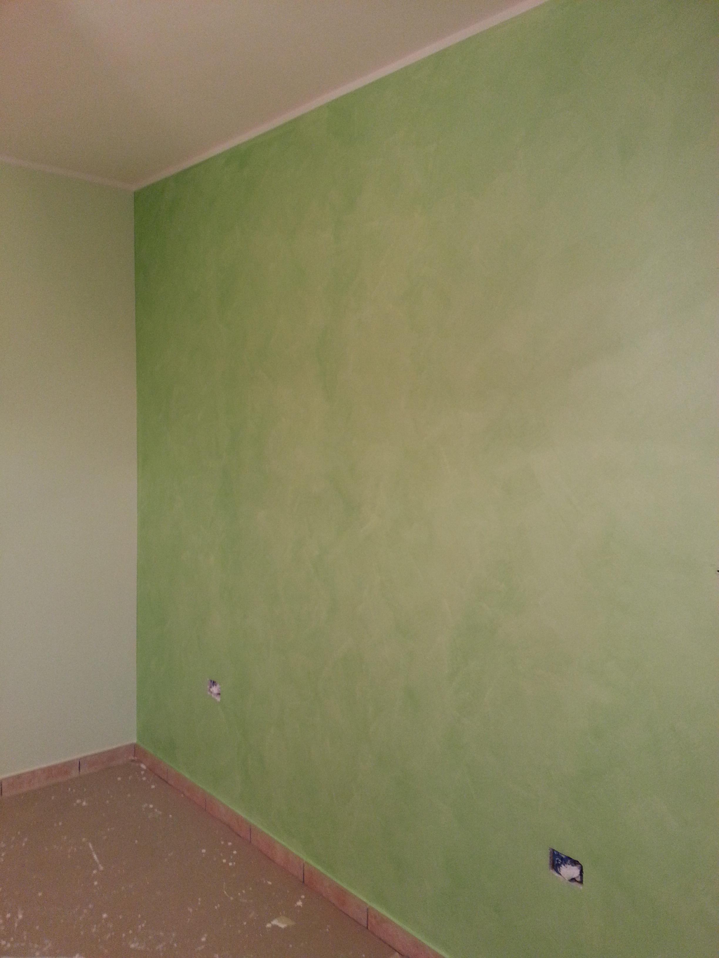 Dettaglio di decorazione Serika verde post imbiancatura