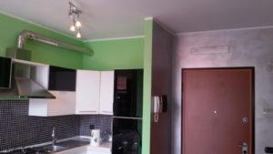 Imbiancatura e decorazione serika rosa con pittura murale verde maggio, per donare un effetto ottico di divisione di stanze senza muri