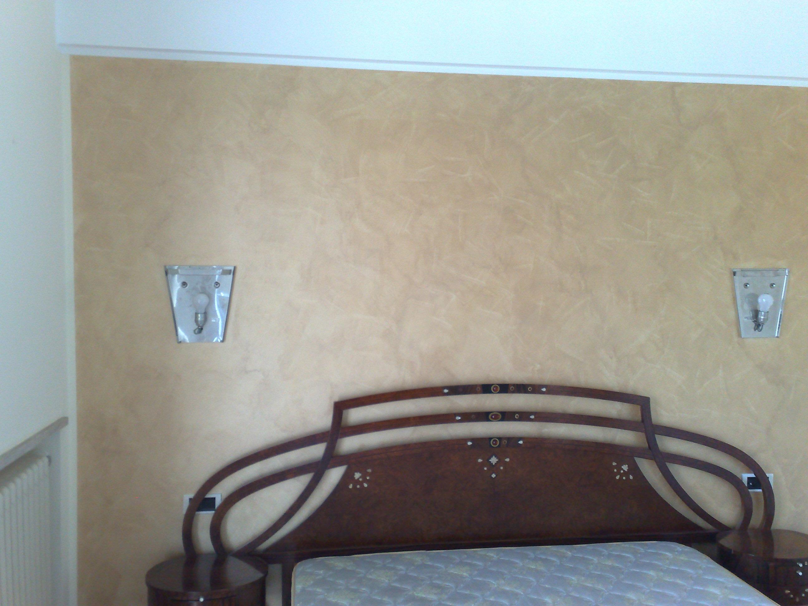 Decorazione Serika color seppia su singola parete per creare contrasto con le altre pareti