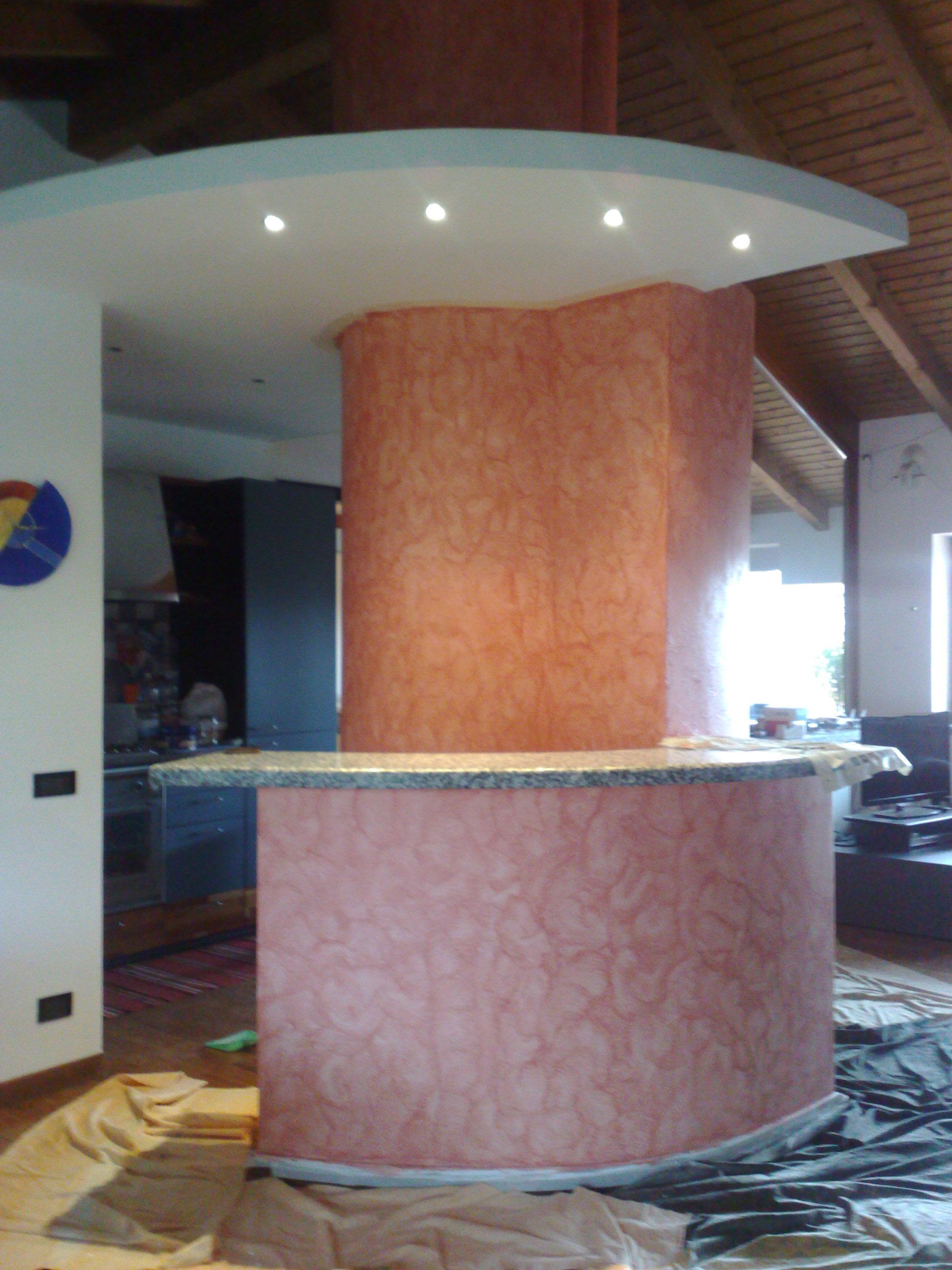 Particolare di imbiancatura e decorazione Serika arancio traffico su colonna e decorazione Serika rosa antico su piano