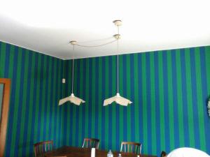 Imbiancatura e decorazione murale a righe verticali verdi e blu, vengono scelte per slanciare la stanza dando l'effetto ottico di un soffitto più alto