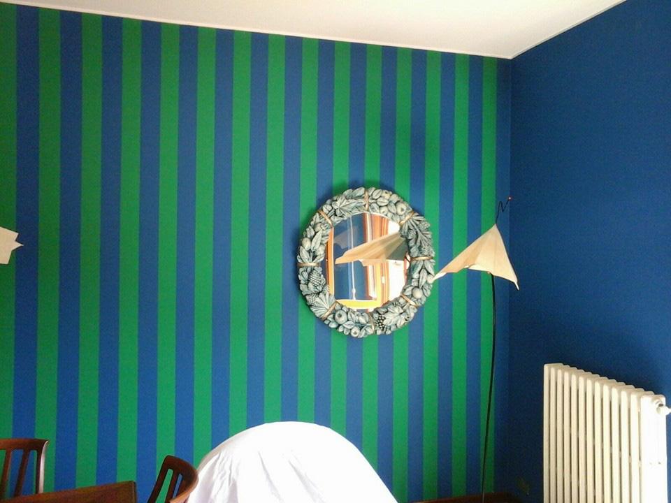 Dettaglio decorazione a righe verticali blu-verde, , vengono scelte per slanciare la stanza dando l'effetto ottico di un soffitto più alto