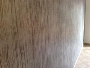 Dettaglio di pittura murale con effetto legno sbiancato per dare un effetto più caldo e confortevole