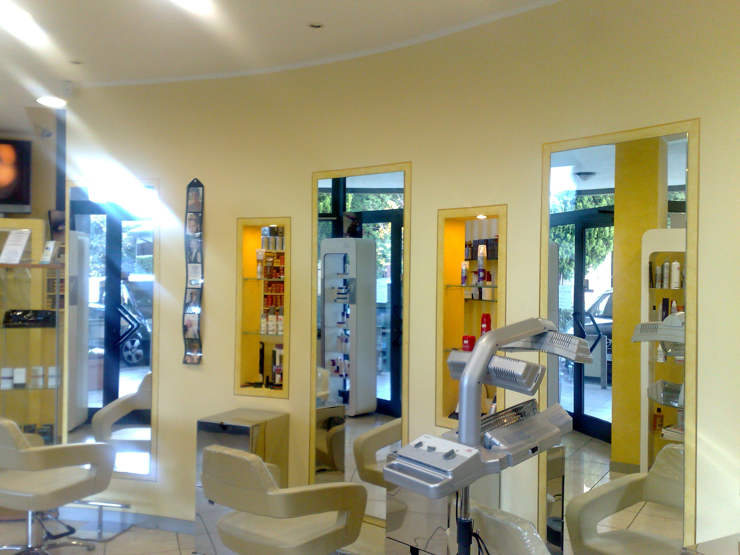 Imbiancatura e pittura bordi di contrasto con decorazioni e linee geometriche oro in un negozio di parrucchieri
