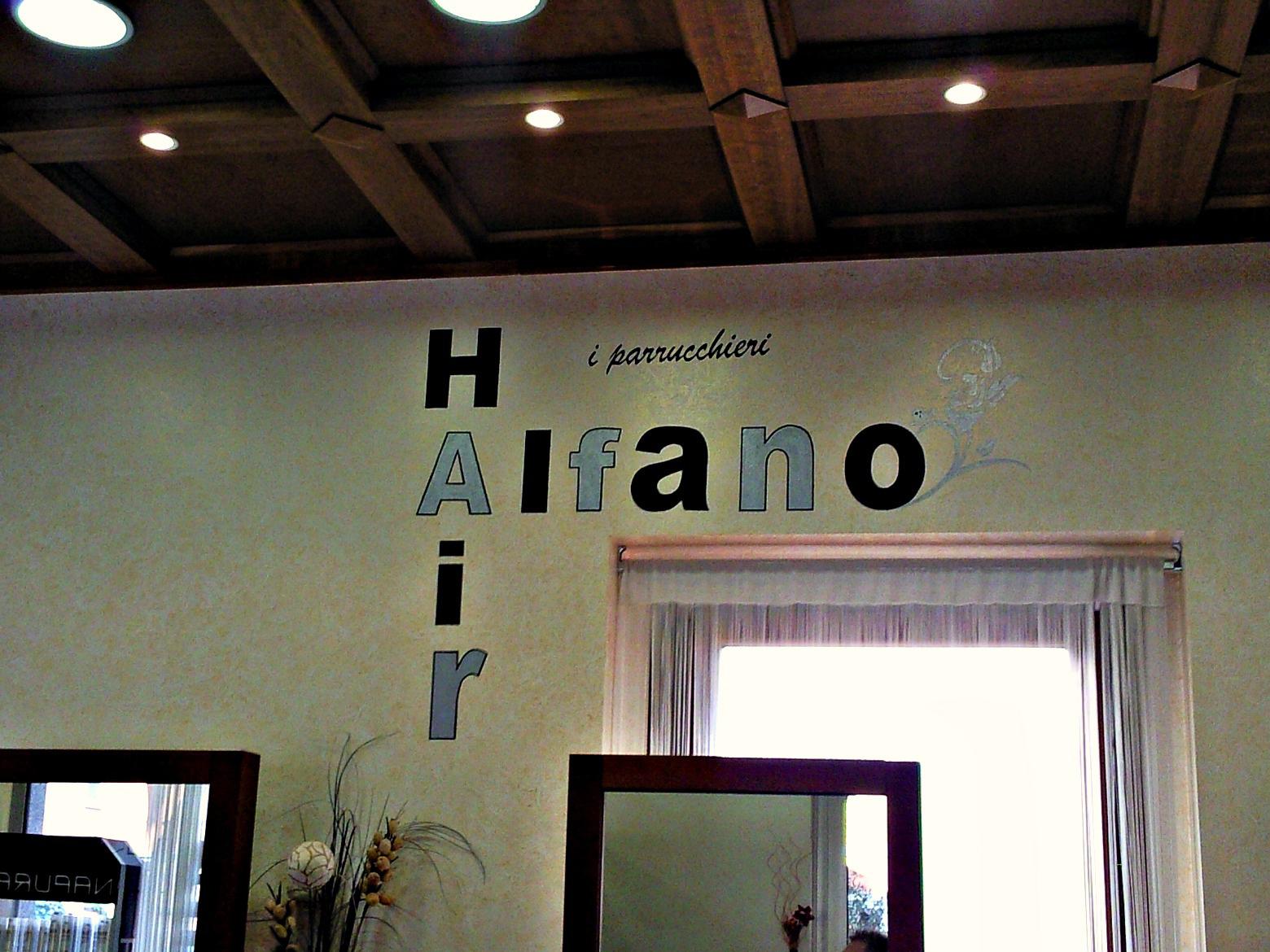 Imbiancatura murale e decorazione effetto spugnato con scritta a mano libera per un negozio di parrucchieri